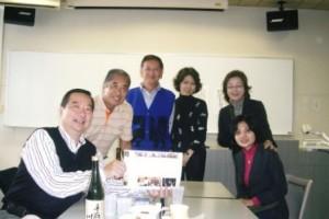 5. 鈴木雅博会長を囲んで(左端)