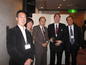 11. 懇親会にて星幹事長(左から)、松野幹事・山田会長・ 鈴木会長・小坂副会長
