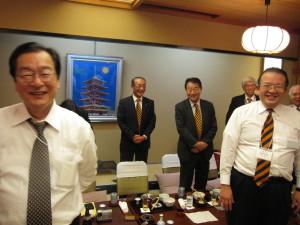 18. お疲れさまでした!駒沢大学会計人会・岡林会長と 法政会計人会の皆様(左から)